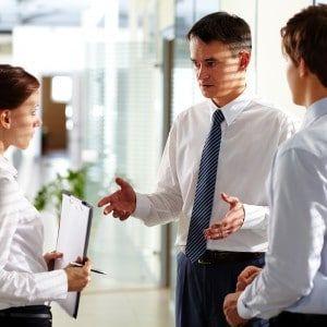 Werkgever legt iets uit aan zijn werknemers